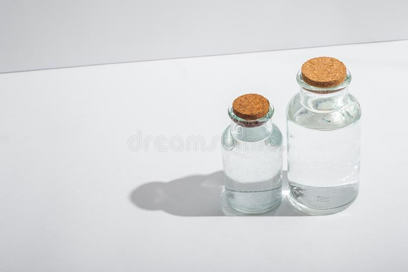 Szklane butelki z korkowymi deklami na białym tle obrazy stock