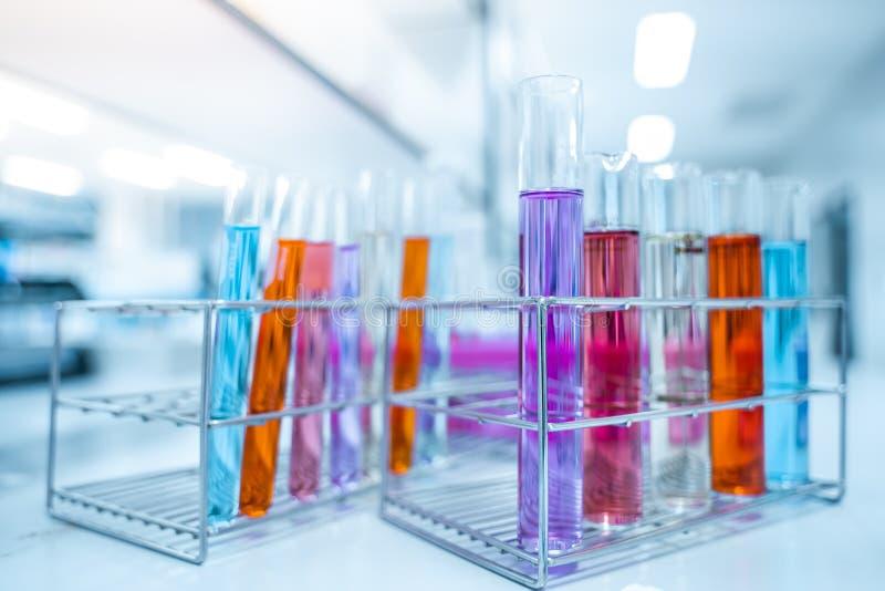 Szklane butelki zawiera różnorodne substancje chemiczne w laboratorium nauki laboratorium badanie i rozw?j poj?cie płytka ostrość fotografia royalty free