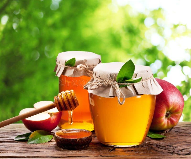 Szklane puszki pełno miód i jabłka zdjęcie royalty free