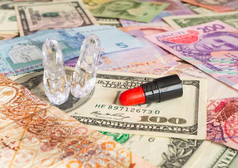 Szklane szpilki i czerwona pomadka na globalnej walucie mi?o?ci sprzedawanie zdjęcia royalty free