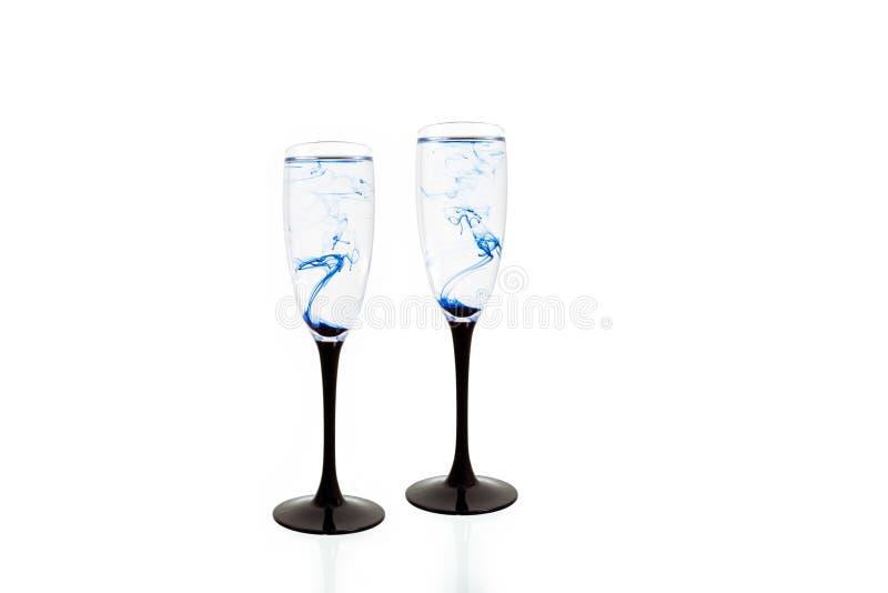 Szklanego czarnego błękitnego wina biały tło zamknięty w górę fougere farby dymu smugi dwa zdjęcie royalty free