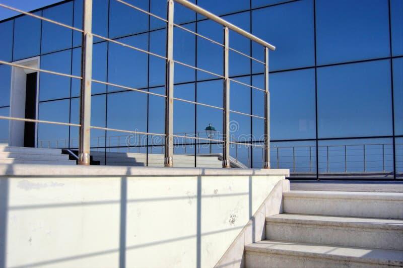 szklanego okno odruch ocienia schodków ostro protestować obraz stock