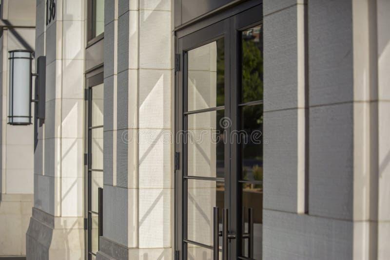 Szklani odbicia na jaskrawy zaświecającym wejściu zdjęcia royalty free