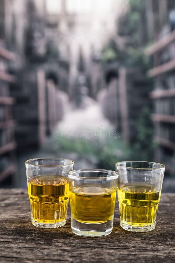Szklani strzały z żółtym liqour przypomina whisky zdjęcie royalty free