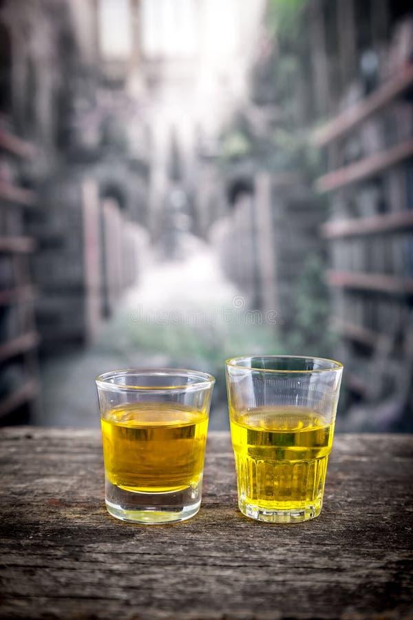 Szklani strzały z żółtym liqour przypomina whisky obrazy royalty free