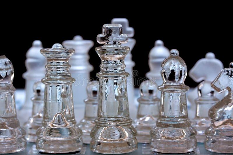 Szklani szachowi kawałki, uszeregowywający zdjęcie stock