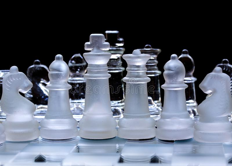 Szklani szachowi kawałki, uszeregowywający zdjęcia royalty free