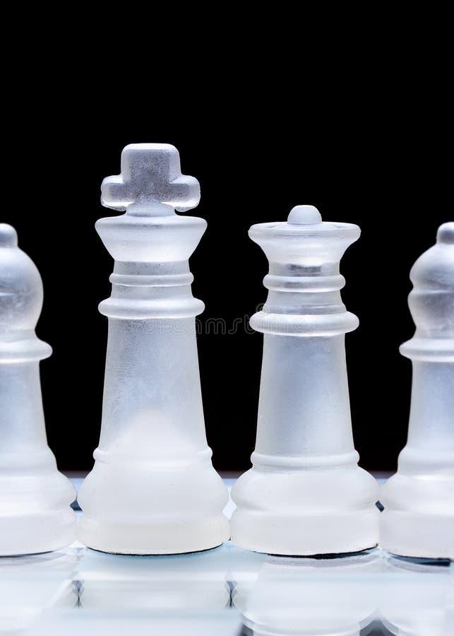 Szklani szachowi kawałki, uszeregowywający obraz royalty free