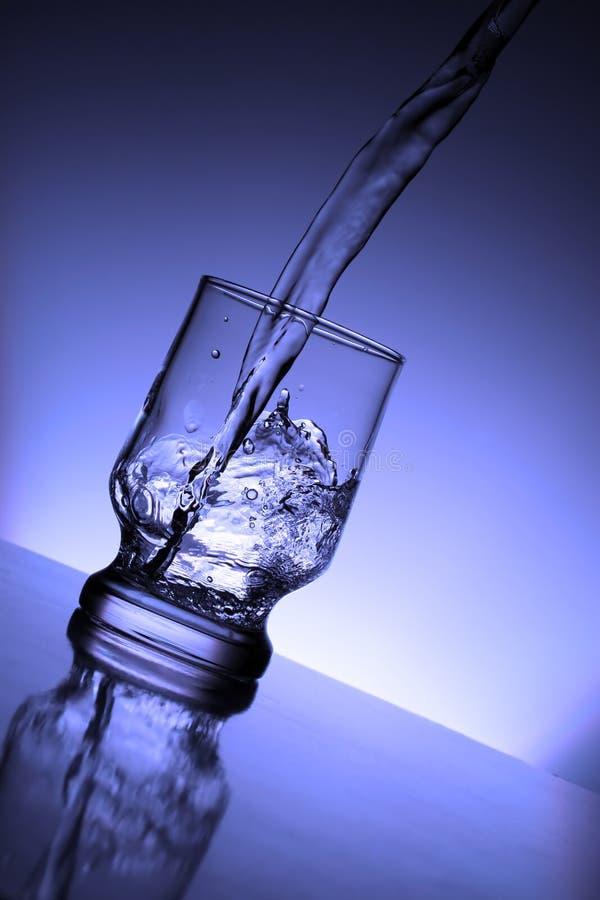 szklankę wody bieżącej zdjęcie royalty free