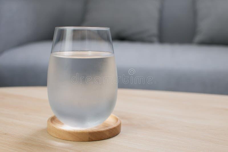 Szklanka bardzo zimnej wody zdjęcie royalty free