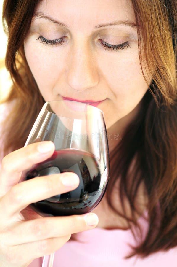 szklanki wina czerwonego dojrzała kobieta zdjęcia stock