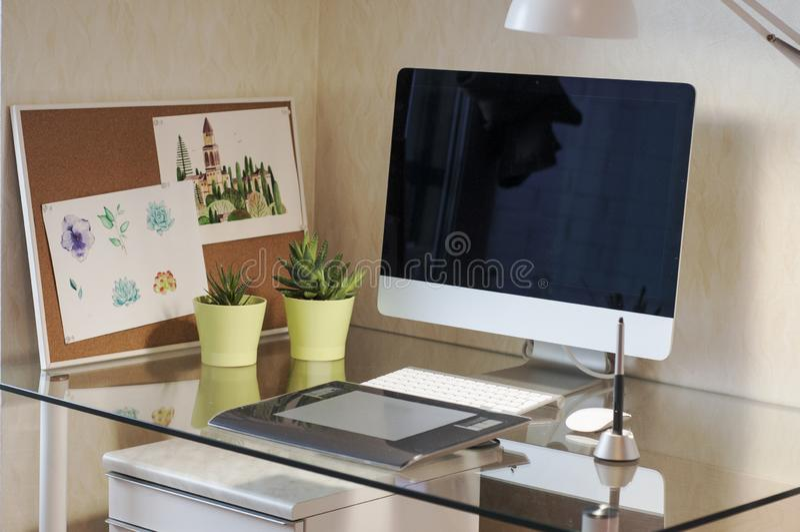 Szklany biurko z komputerową i graficzną pastylką Nowożytny biurka workspace Projektanta workspace zdjęcia royalty free