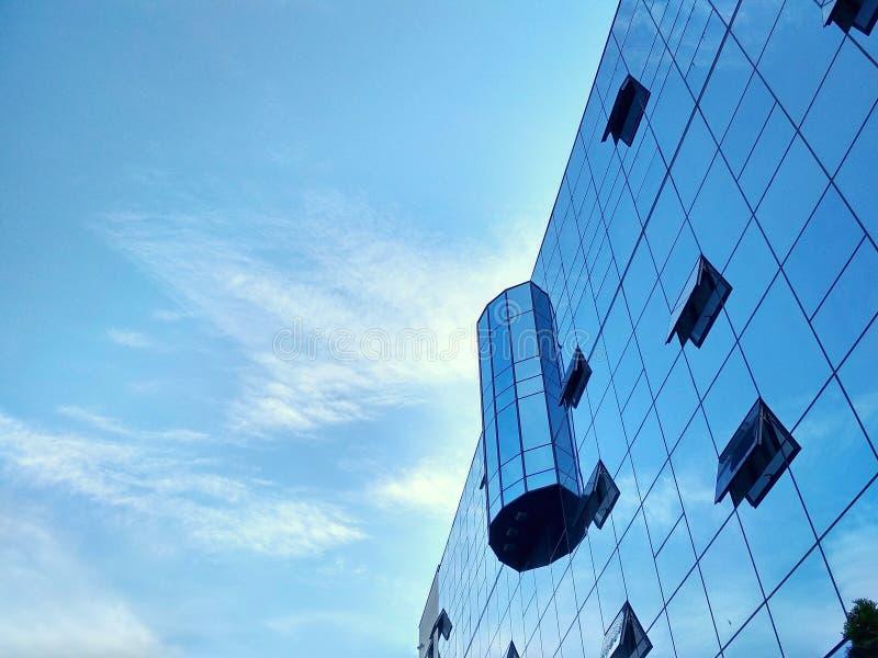 Szklany biznesowy centre, niebieskie niebo, duży miasto zdjęcie royalty free