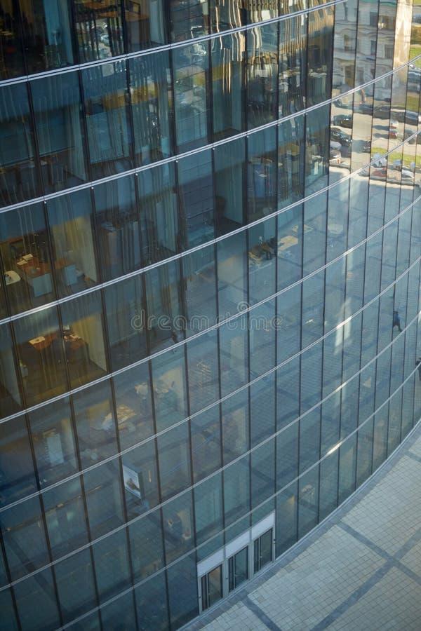 Szklany budynek biurowy z Pustym brukiem obraz royalty free