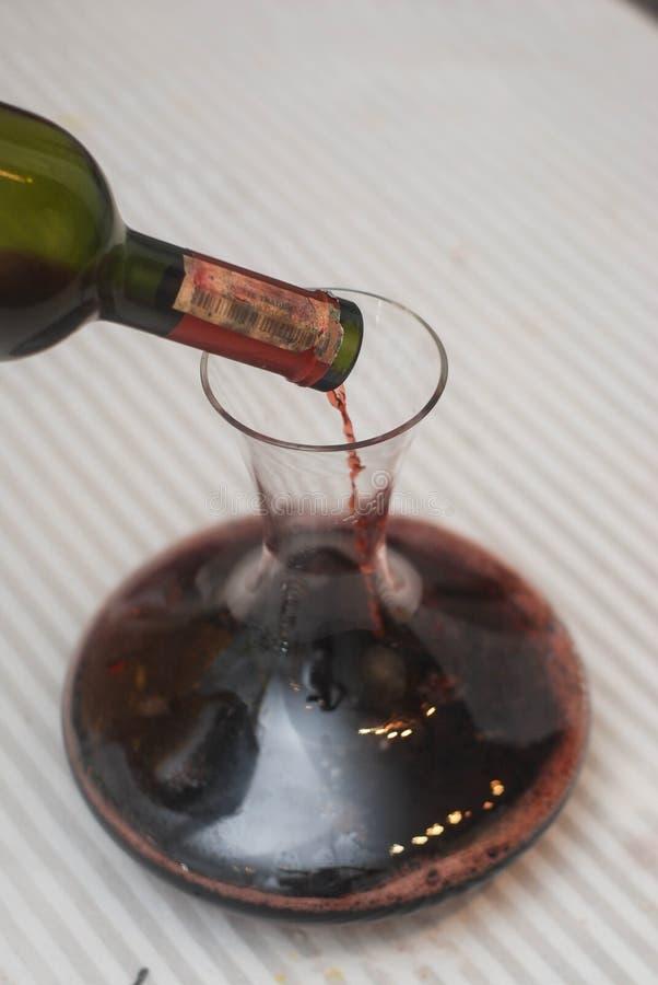 Szklany Crafe dla Dcanting czerwone wino i szkło wino na wieśniaka stole Stara rocznik butelka wino Domowej roboty degustacja obraz stock