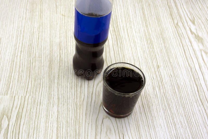 Szklany czerń carbonated wody kvass ciemnego piwa piankowego wzór na białym tła odosobnieniu zdjęcia royalty free