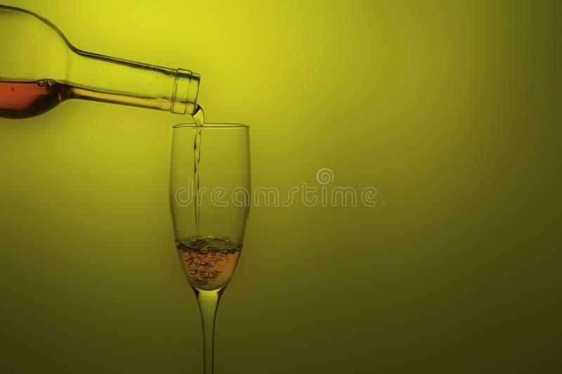 szklany dolewania czerwone wino obrazy royalty free