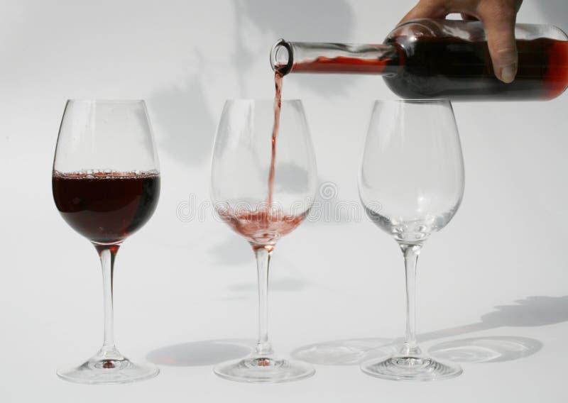 szklany dolewania czerwone wino zdjęcie royalty free