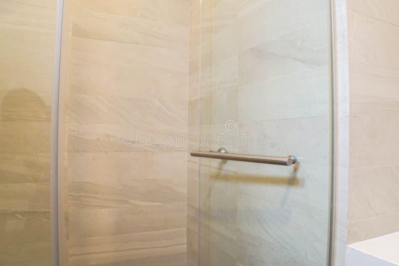Szklany drzwi z rękojeścią dla wchodzić do brać prysznić w prysznic pokoju zdjęcia royalty free