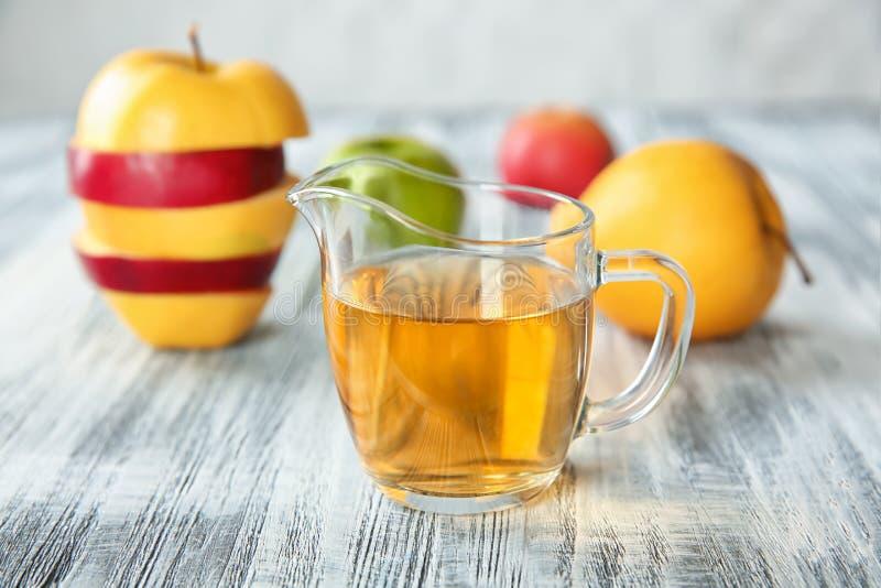 Szklany dzbanek z jabłczanym octem zdjęcia stock