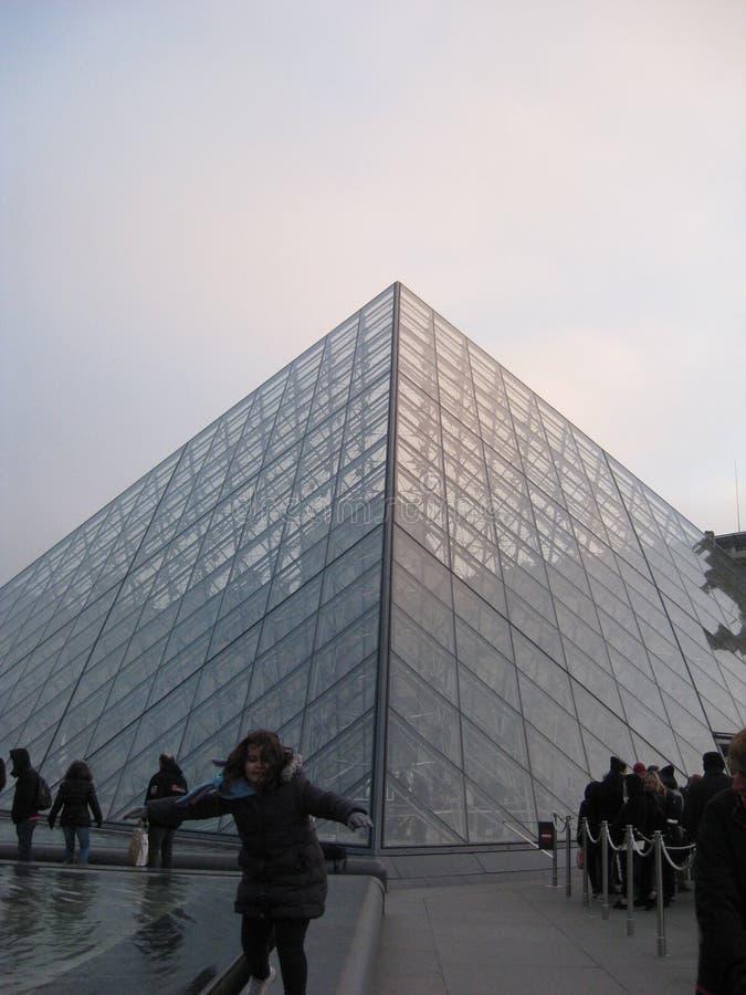 Szklany ostrosłup na zewnątrz louvre muzeum, Paryż fotografia stock