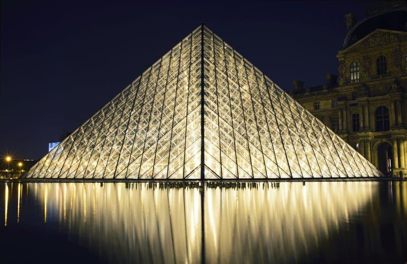 Szklany ostrosłup przy louvre muzeum fotografia royalty free