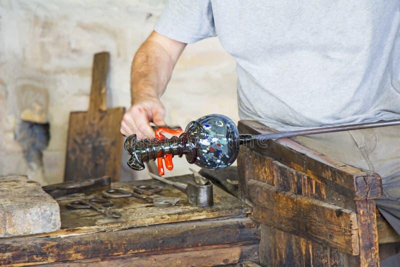 Szklany pracownik robi szklanym rzeźbom w szklanej fabryce fotografia stock