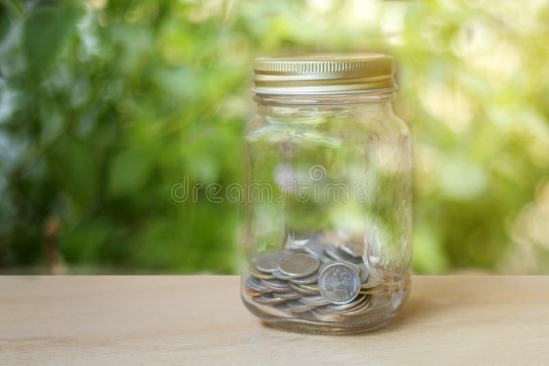 szklany prosiątko bank z zmierzchu światłem w oszczędzanie pieniądze pojęciu na wo obraz stock