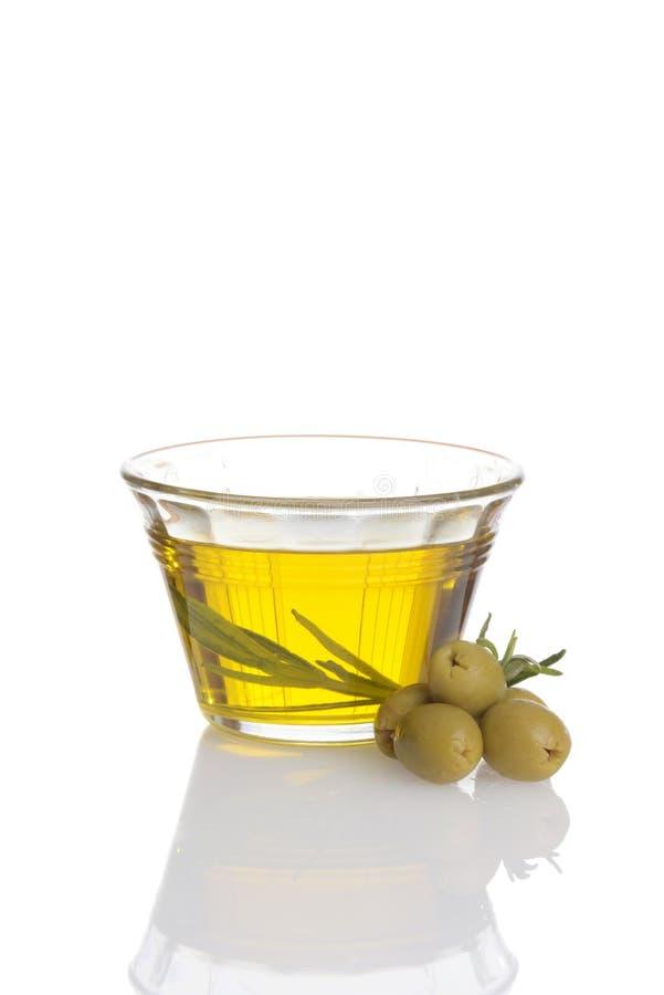 Szklany puchar świeża oliwa z oliwek z zielonymi oliwkami obrazy stock