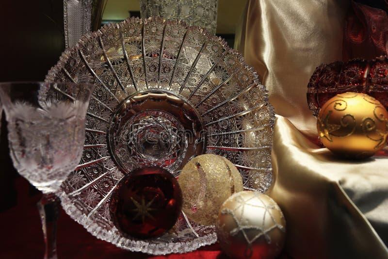 Szklany puchar i boże narodzenie ornamenty zdjęcia royalty free