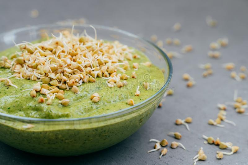 Szklany puchar zielony świeży smoothie robić organicznie warzywa z odrośniętą gryką Zdrowy czysty łasowania jedzenia pojęcie suro zdjęcie stock
