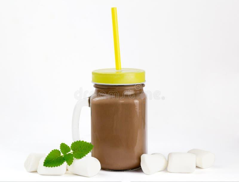 Szklany słój z kakao, gorącą czekolada lub marshmallow zdjęcie royalty free
