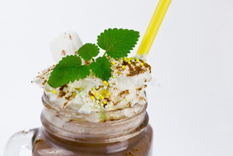 Szklany słój z kakao i marshmallow, mennica zdjęcia stock