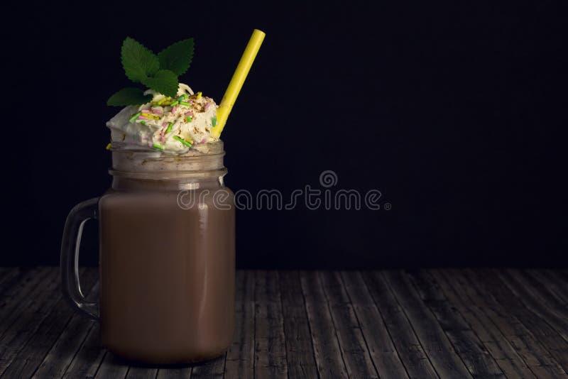 Szklany słój z kakao lub gorącą czekoladą fotografia royalty free
