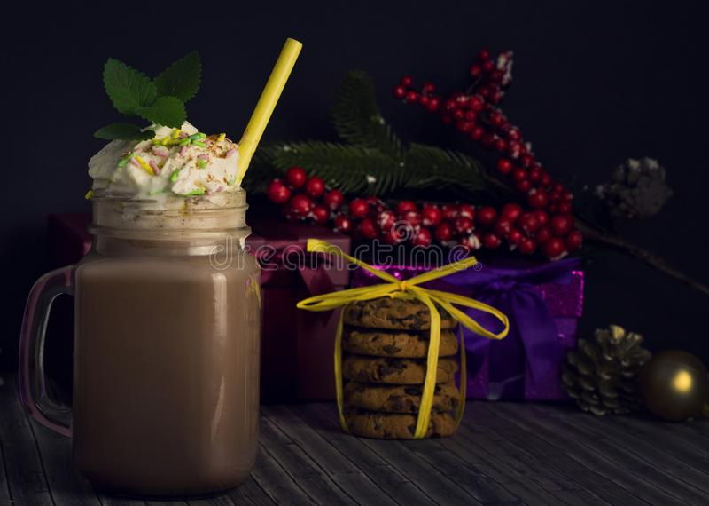 Szklany słój z kakao lub gorącą czekoladą zdjęcie royalty free