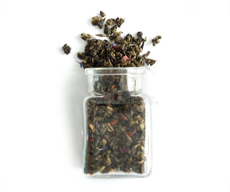 Szklany słój z luźną herbatą i kwiatami, topview zdjęcia stock