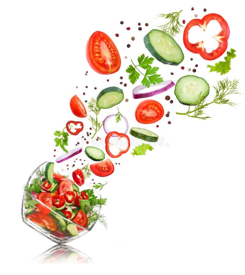 Szklany sałatkowy puchar w locie z warzywami: pomidor, pieprz, ilustracja wektor
