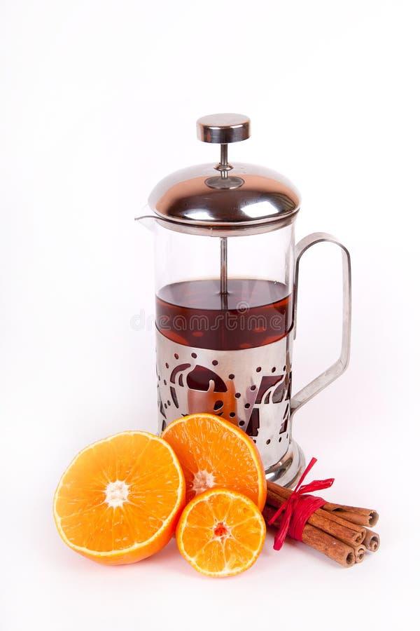 Szklany teapot z czarny herbatą pomarańcze i cynamon obrazy stock