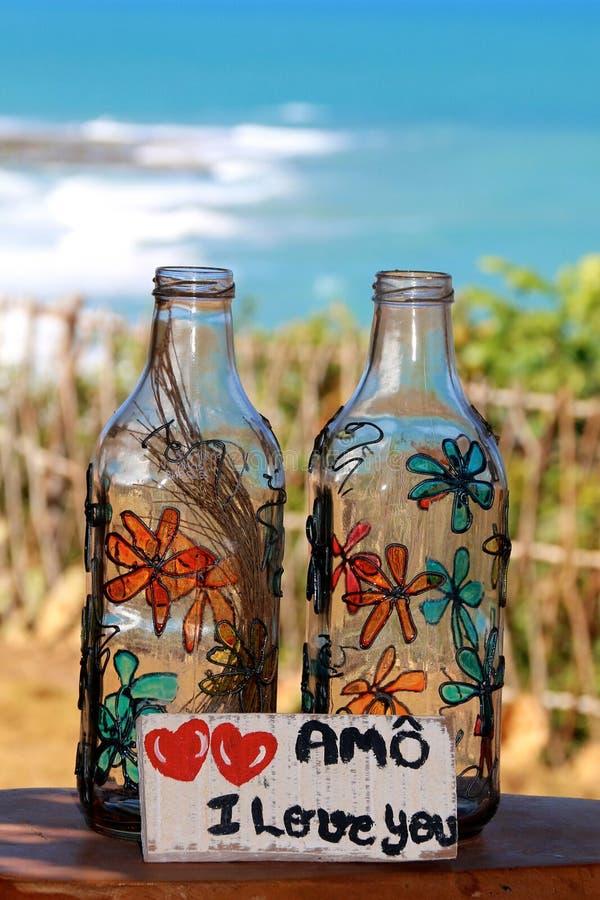 Szklanych butelek ręka malujący kwiaty fotografia stock