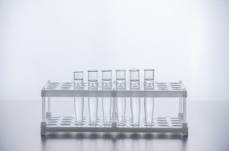 szklisty Próbne tubki z jasnym cieczem Neutralny rozwiązanie Przygotowywać dla eksperymentu obraz stock