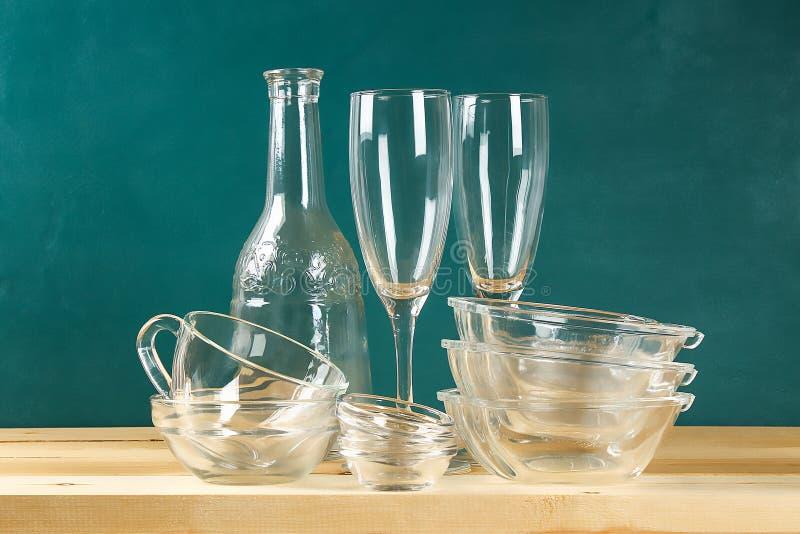 szklisty Szklani talerze, filiżanki, puchary Naczynia na półce kitchenware fotografia stock
