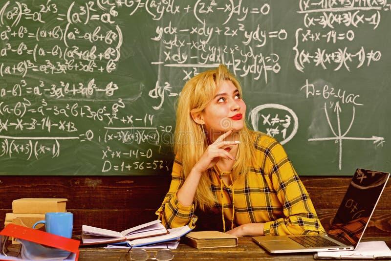 Szkoła średnia studenci collegu studiuje wpólnie i czyta w klasowych edukacj pojęciach Nauczyciel reputacja jest złocista obrazy stock