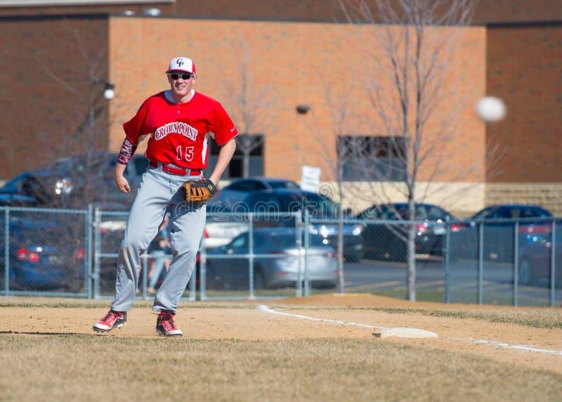 Szkoła Średnia baseballa pierwszy bazowy ogląda smołę zdjęcie royalty free