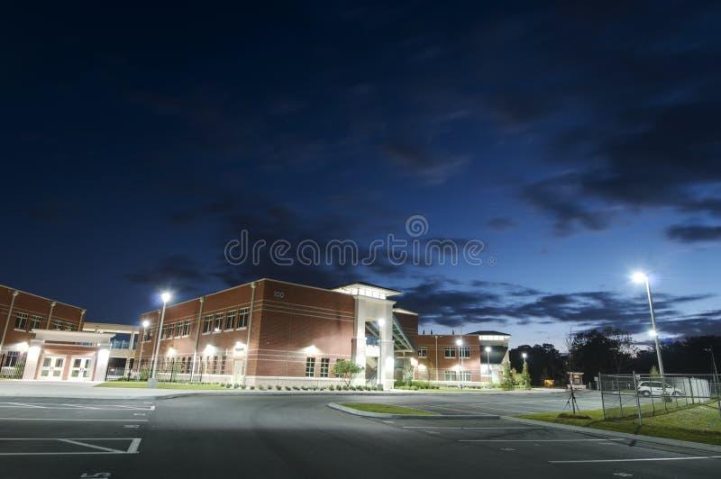 Szkoła Średnia przy Noc zdjęcia royalty free