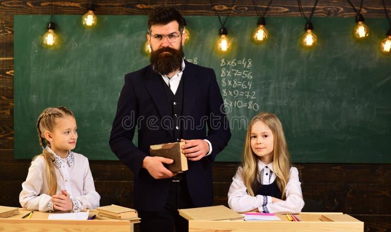 Szkoła średnia studenci collegu studiuje wpólnie i czyta w klasowych edukacj pojęciach Edukacja przy podstawowym zdjęcia royalty free