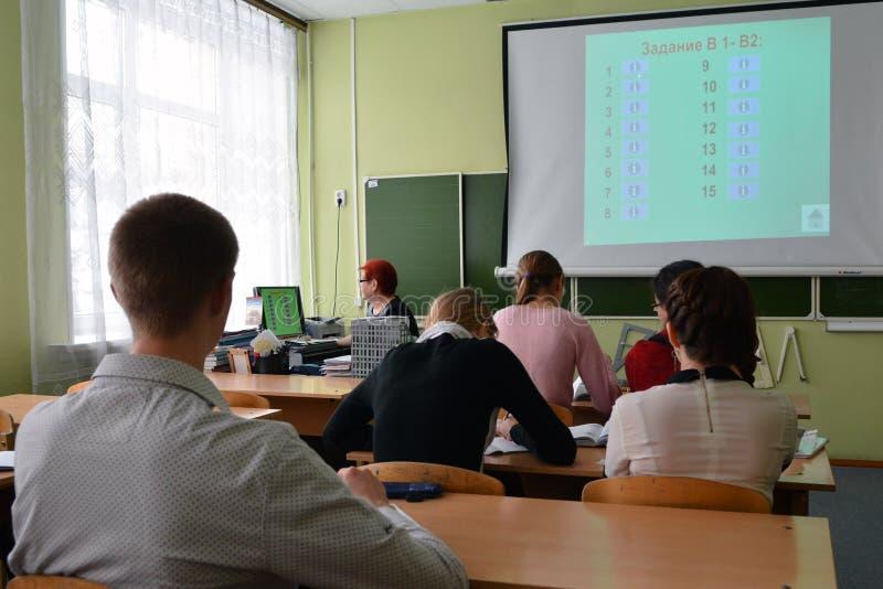 Szkoła średnia ucznie decydują badać zdjęcie stock