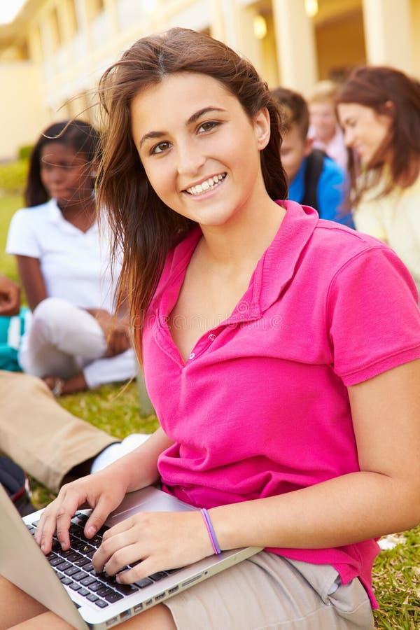 Szkoła Średnia ucznie Studiuje Outdoors Na kampusie obraz stock