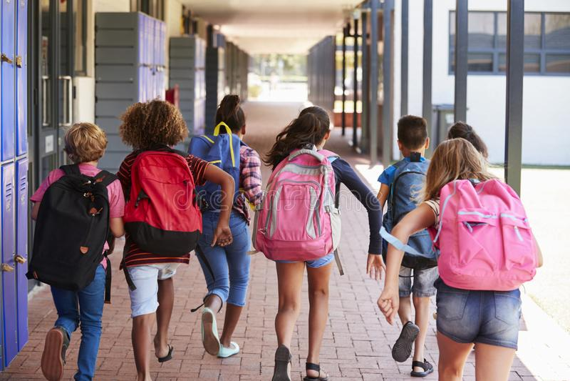 Szkoła żartuje bieg w szkoła podstawowa korytarzu, tylny widok zdjęcia royalty free