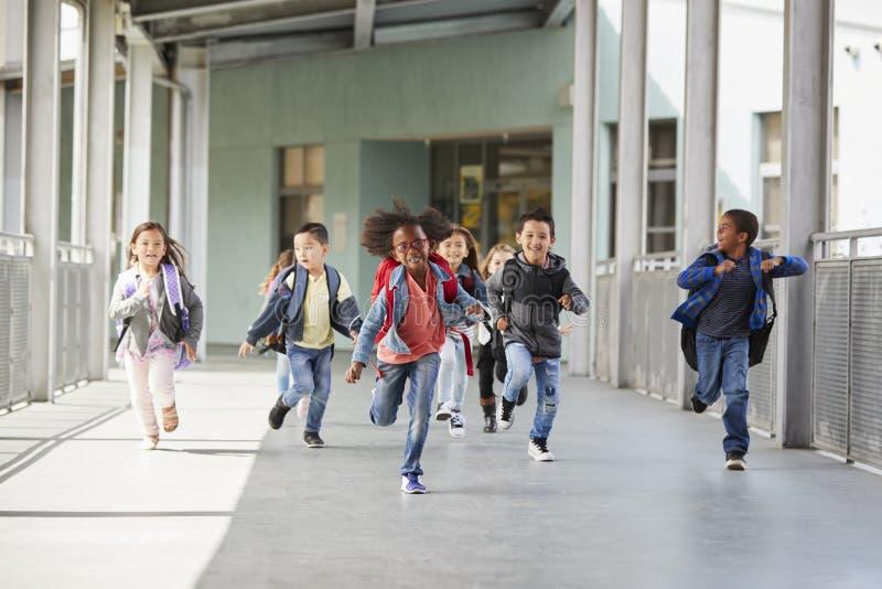 Szkoła podstawowa żartuje bieg w korytarzu w szkole zdjęcie stock