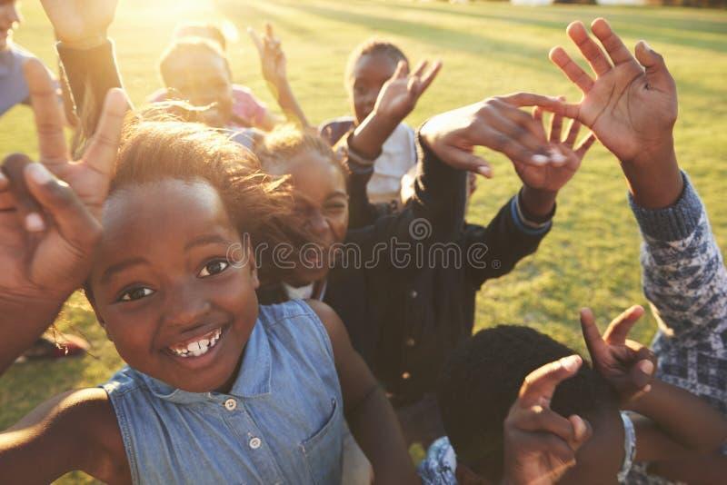 Szkoła podstawowa dzieciaki outdoors, wysoki kąt, obiektywu raca zdjęcie royalty free